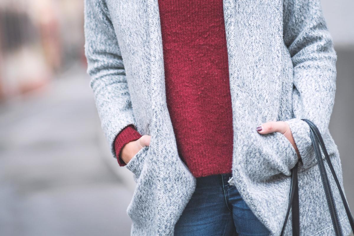 red-turtleneck-zara-coat-black-shopper