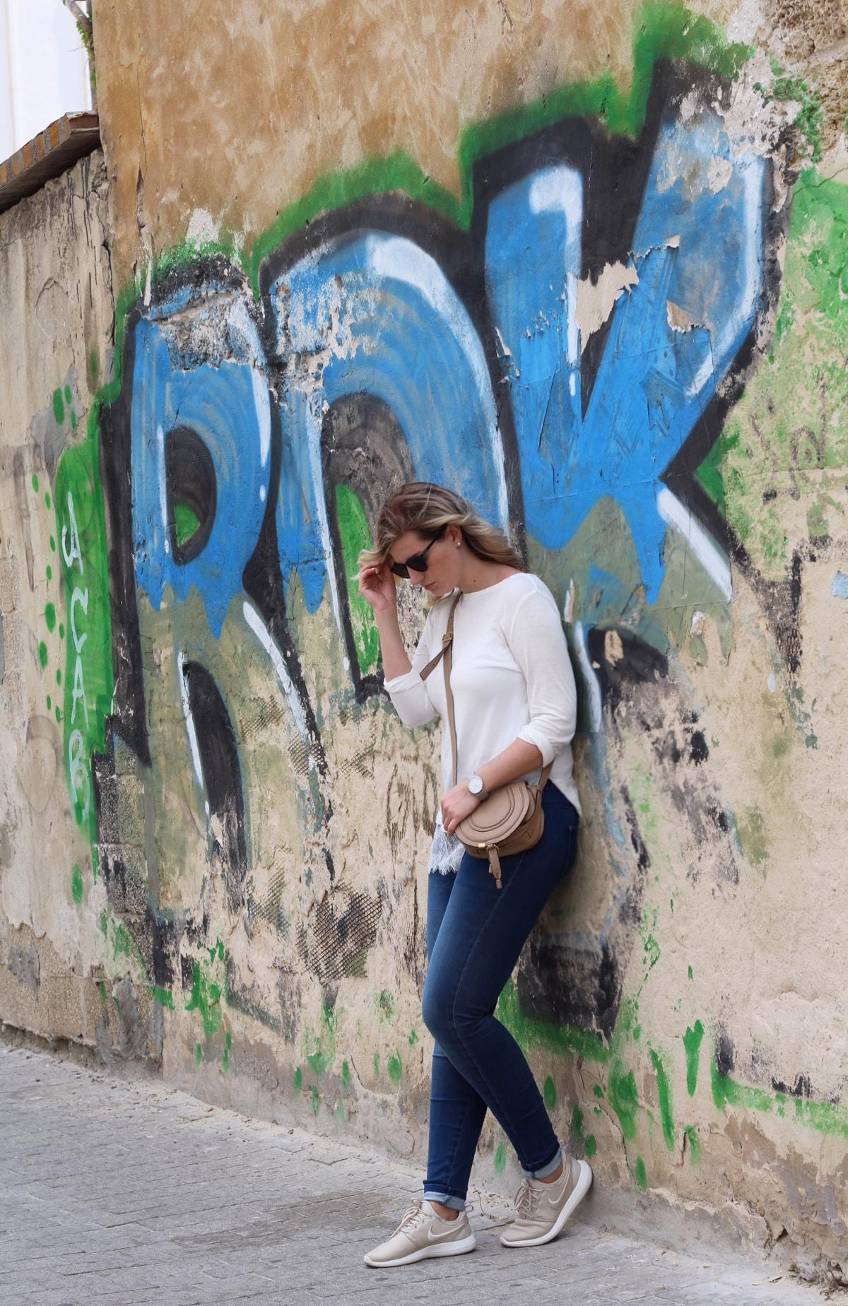 Outfit: Spitzenhirt mit Jeans, Chloe-Tasche und Nike Roshe Two